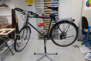 Ein Fahrrad in einem Fahrrad Montageständer