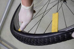 Fahrradmantel entfernen zum Fahrradreifen flicken